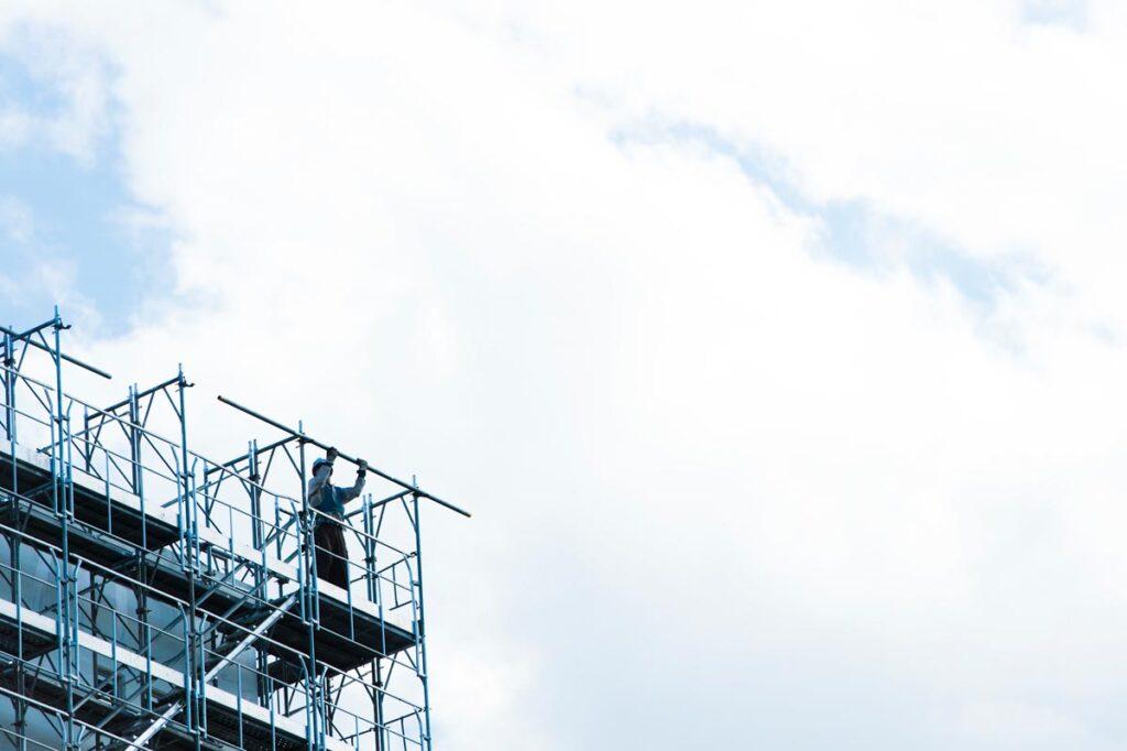 高所に足場を設置する場合に守らなければいけない設置基準とは画像
